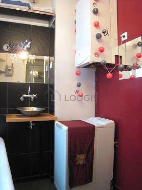 Belle salle de bain claire avec fenêtres double vitrage et du bétonau sol