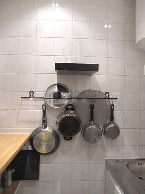 Cuisine dînatoire pour 2 personne(s) équipée de plaques de cuisson, réfrigerateur, freezer, hotte