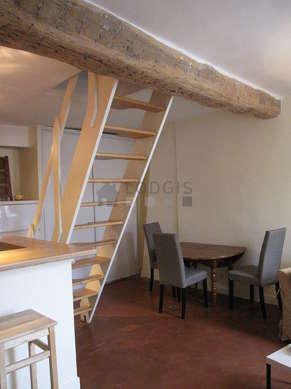 Séjour calme équipé de 1 canapé(s) lit(s) de 130cm, 1 lit(s) mezzanine de 140cm, 1 fauteuil(s), 4 chaise(s)