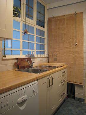 Cusine avec fenêtres donnant sur cour