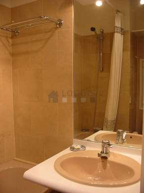 Belle salle de bain avec du marbreau sol