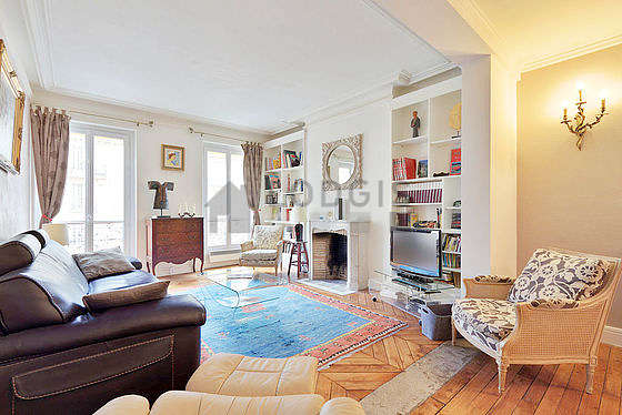 Quiet living room furnished with tv, hi-fi stereo, 2 armchair(s), 1 chair(s)