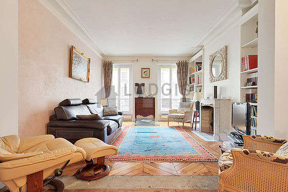 Large living room of 45m² with woodenfloor