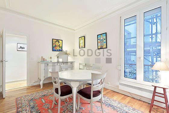 Superbe salle à manger avec du parquetau sol pouvant accueillir jusqu'à 5 convives