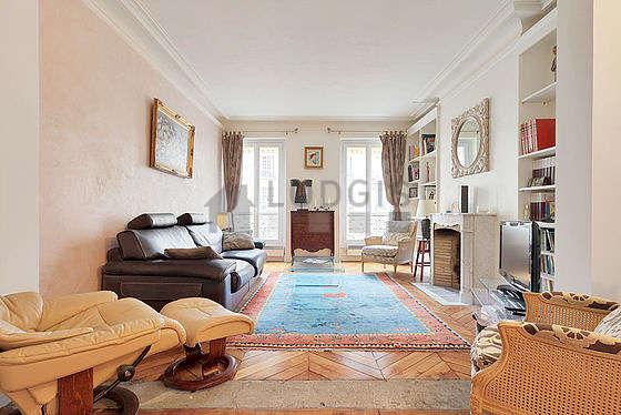 Grand salon de 45m² avec du parquetau sol