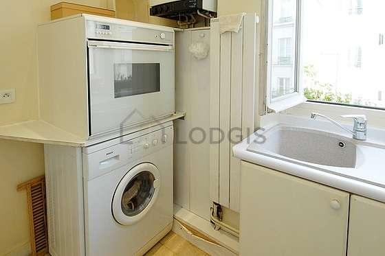 Cuisine équipée de sèche linge, réfrigerateur, hotte, vaisselle