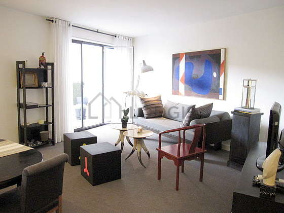 Living room furnished with tv, hi-fi stereo, 1 armchair(s), 4 chair(s)