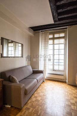 Séjour équipé de 1 canapé(s) lit(s) de 140cm, télé, penderie, placard
