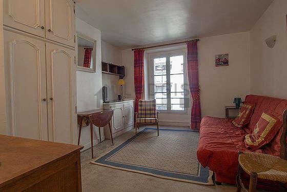 Séjour très calme équipé de 1 canapé(s) lit(s) de 140cm, télé, 1 fauteuil(s), 2 chaise(s)