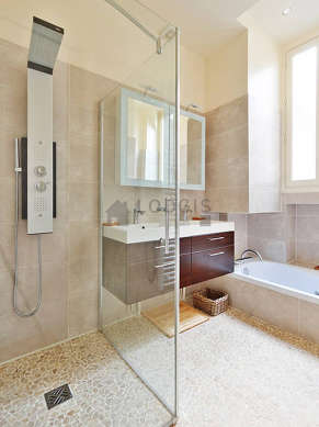 Pleasant and very bright bathroom with double-glazed windows and with tilefloor