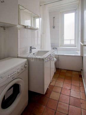 Salle de bain claire avec fenêtres et des tomettesau sol