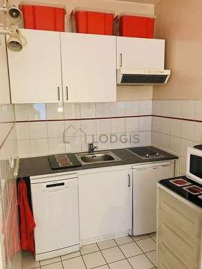 Cuisine équipée de lave vaisselle, plaques de cuisson, réfrigerateur