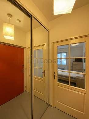 Salon de 16m² avec du bétonau sol