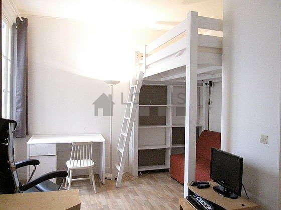 Salon lumineux équipé de 1 fauteuil(s), 1 chaise(s)