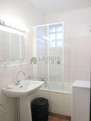 Bright bathroom with tilefloor