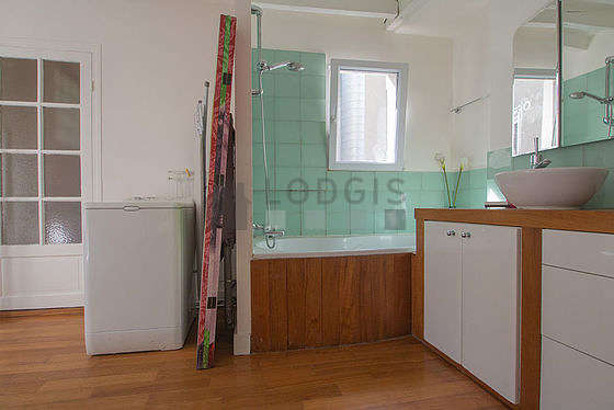 Very bright bathroom with windows and with woodenfloor