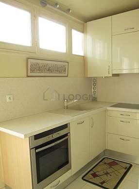Belle cuisine de 6m²ouverte sur le séjour avec du carrelageau sol