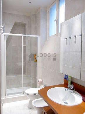 Salle de bain avec fenêtres