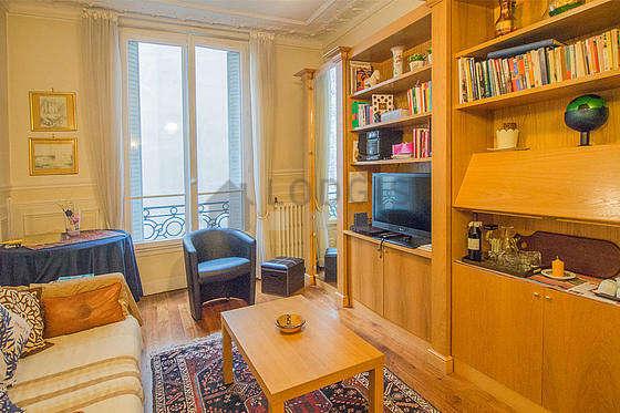 Séjour très calme équipé de 1 canapé(s) lit(s) de 120cm, télé, 1 fauteuil(s), 3 chaise(s)