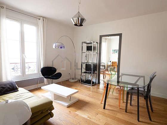 Séjour calme équipé de 1 canapé(s) lit(s) de 140cm, télé, 1 fauteuil(s), 4 chaise(s)