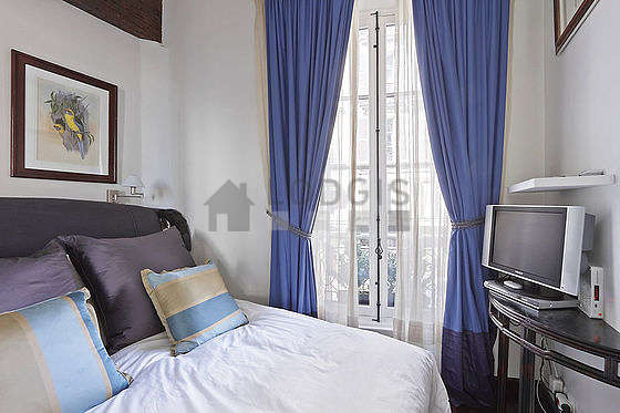 Chambre avec fenêtres double vitrage donnant sur rue
