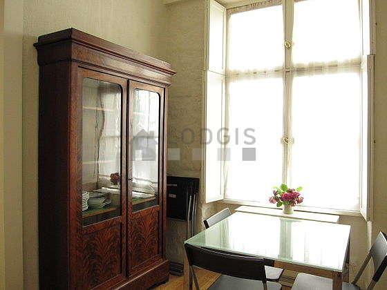 Belle salle à manger avec du parquetau sol pouvant accueillir jusqu'à 3 convives