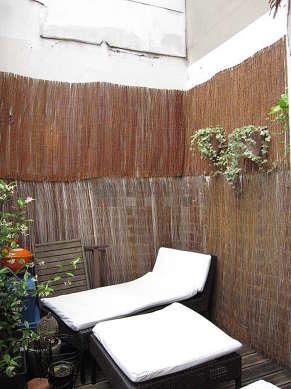 Terrasse calme et très lumineuse avec du parquetau sol