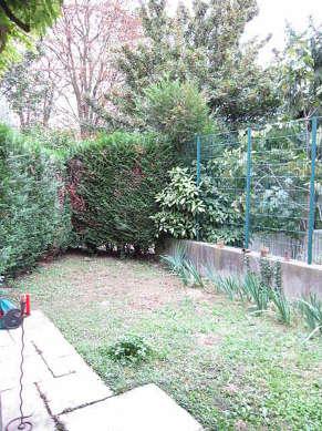Jardin avec de la pelouseau sol