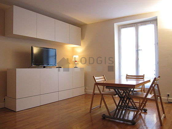 Quiet living room furnished with 1 murphy bed(s) of 140cm, tv, 4 chair(s)