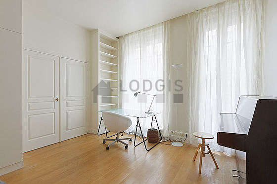 Bedroom of 18m² with woodenfloor