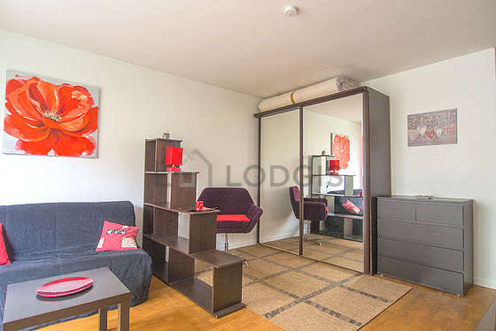 Bright living room furnished with 5 chair(s)