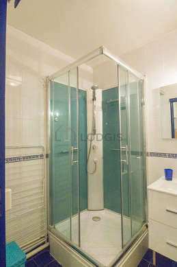 Belle salle de bain avec du carrelageau sol