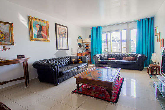 Living room furnished with tv, hi-fi stereo, 3 armchair(s)