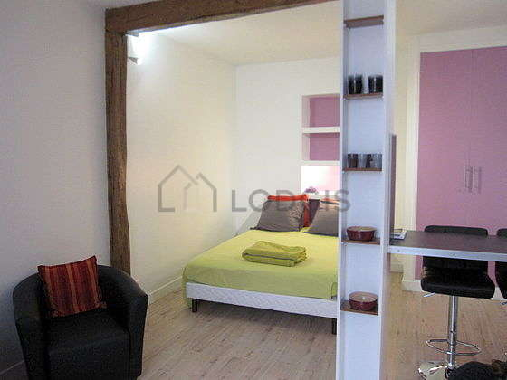 Quiet living room furnished with 1 bed(s) of 140cm, tv, 2 armchair(s)