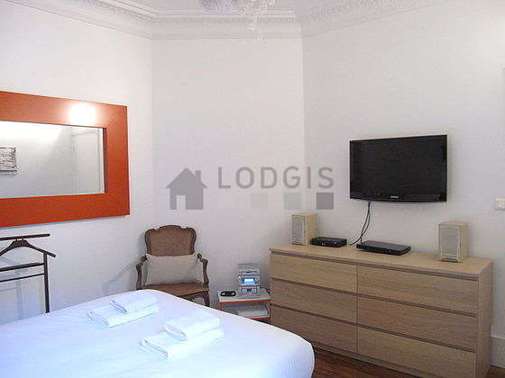 Bright bedroom equipped with tv, hi-fi stereo, dvd player, 2 chair(s)