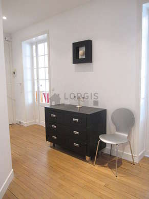 Very beautiful entrance with woodenfloor and equipped with 5 chair(s)
