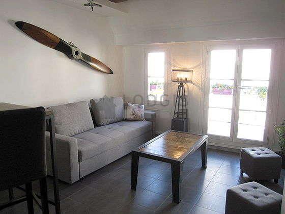 Séjour calme équipé de 1 canapé(s) lit(s) de 140cm, télé, chaine hifi, 2 chaise(s)