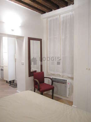 Chambre de 8m² avec du carrelageau sol