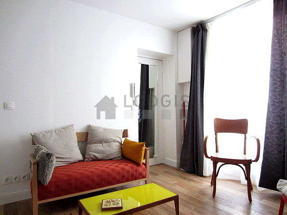 Very quiet living room furnished with 1 bed(s) of 140cm, tv, 3 chair(s)