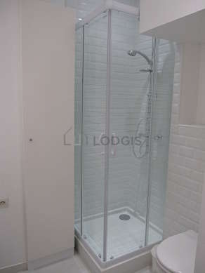Salle de bain équipée de lave linge, douche séparée