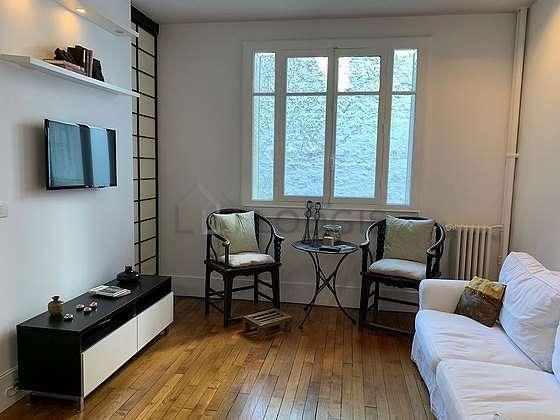 Séjour très calme équipé de 1 canapé(s) lit(s) de 140cm, télé, lecteur de dvd, 2 chaise(s)