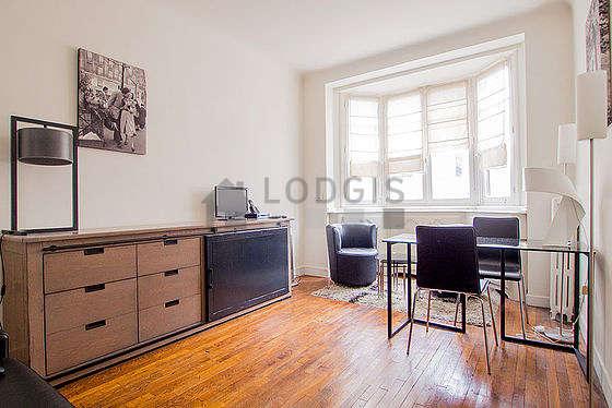 Séjour calme équipé de 1 canapé(s) lit(s) de 140cm, télé, 2 fauteuil(s), 2 chaise(s)