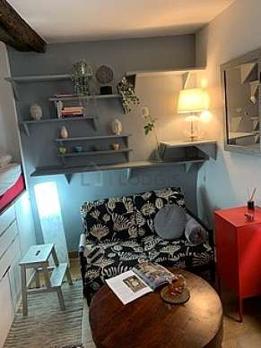 Living room furnished with 1 bed(s) of 140cm, tv, dvd player, closet