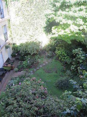 Quiet and bright sitting room of an apartmentin Paris