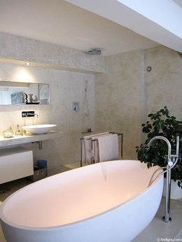 Beautiful and bright bathroom with concretefloor