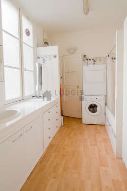 Beautiful and very bright bathroom with windows and with woodenfloor
