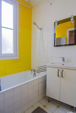 Salle de bain avec fenêtres et du carrelageau sol