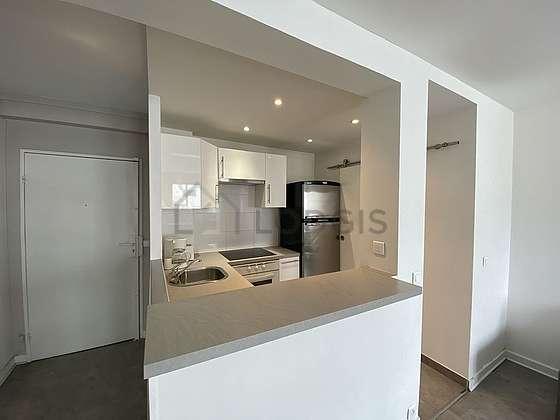 Magnifique cuisine de 4m² avec du carrelageau sol