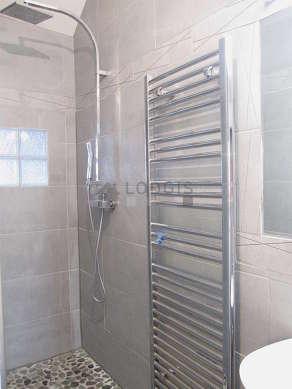 Belle salle de bain claire avec du carrelageau sol