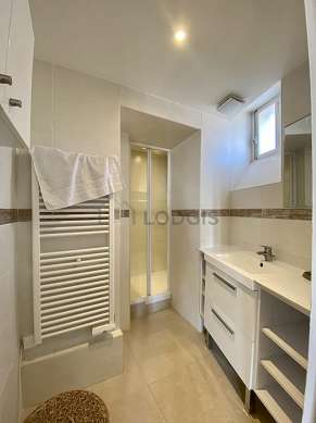 Bathroom equipped with bath towels